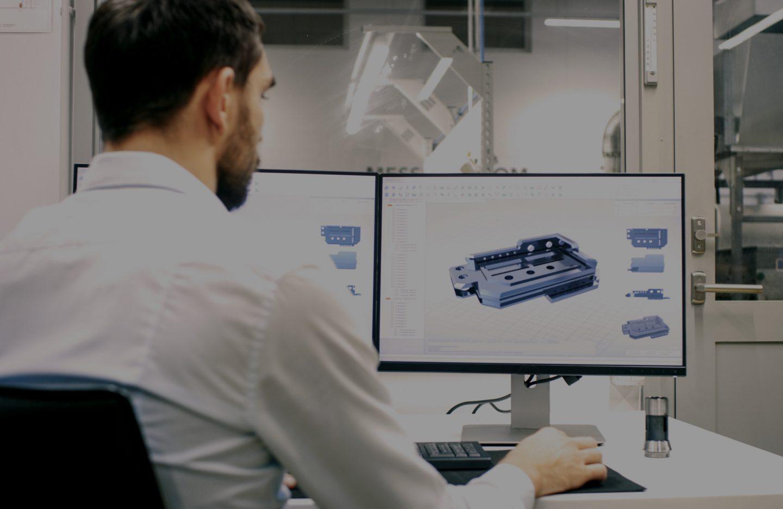 Un ingénieur conçoit un composant optimal pour les clients